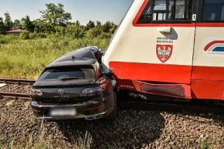 Samochód zderzył się z pociągiem. Jedna osoba zginęła na miejscu