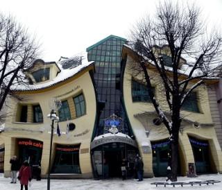 Czy wiesz, gdzie w Polsce znajdują się te kontrowersyjne budynki?