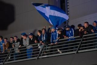 Kibice Lecha Poznań urządzili pobudkę piłkarzom Benfiki pod hotelem