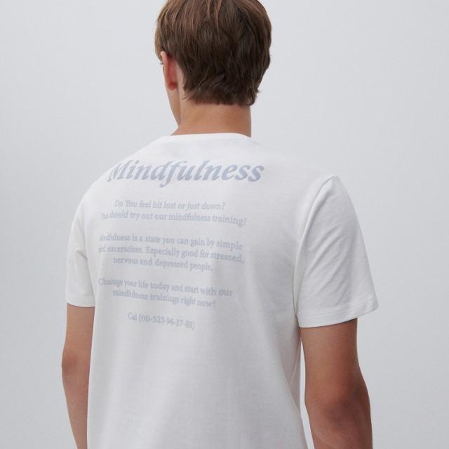 Reserved - T-shirt z napisem na plecach - Kremowy
