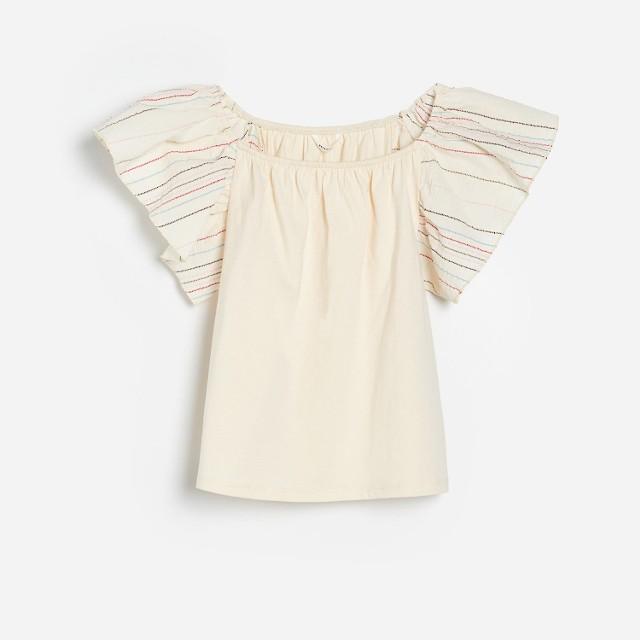 Reserved - T-shirt z falbanką na ramionach - Kremowy