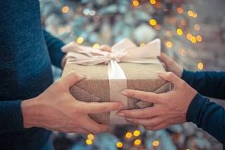 Pomysły na klasyczne i stylowe prezenty na Święta dla Niej i dla Niego