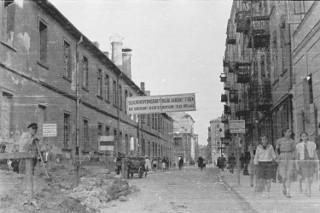 Nazistowski urzędnik fotografował okupowaną stolicę. Ruiny miasta