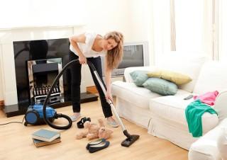 Jak sprawnie posprzątać mieszkanie. Poznaj 5 zasad odkurzania