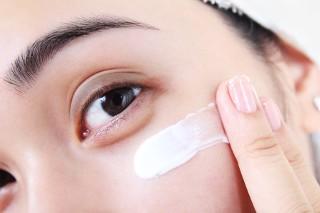 Jak zachować na dłużej młody wygląd skóry pod oczami? Porady