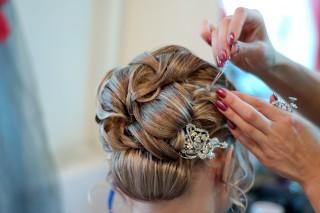 Fryzury na wesele: ponadczasowe trendy i mody
