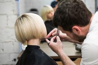 Krótkie fryzury: komu pasują i jak je stylizować?